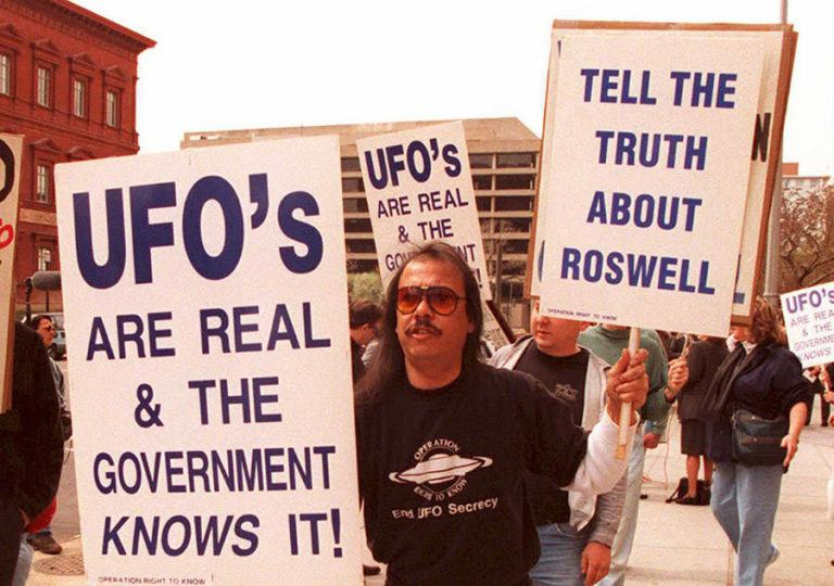 A+group+of+protestors+march+after+a+UFO+crashed+in+Roswell%2C+New+Mexico+in+March+1947.