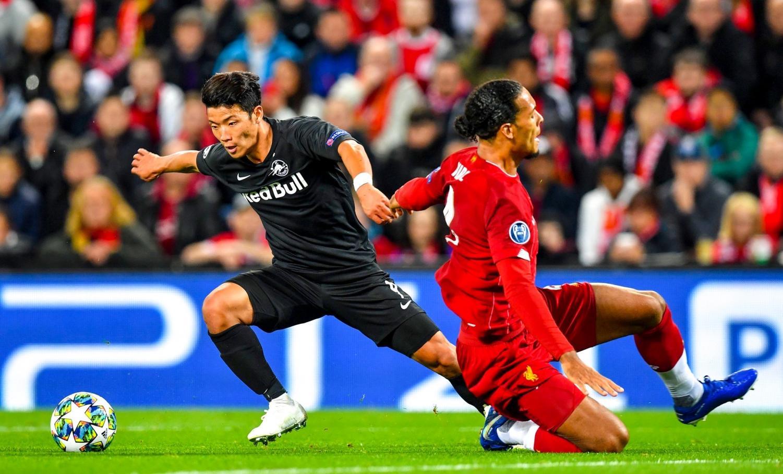 Salzburg winger Hwang Hee-chan blows by Virgil Van Djik on his way towards goal.